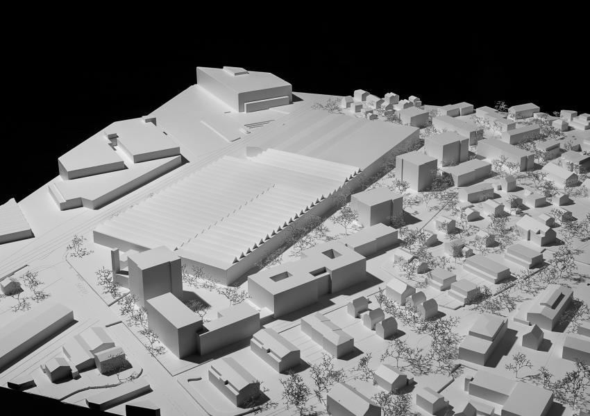 Während der ersten Bauphase verteilt das Siegerprojekt «Neoparc» eine lockere Bebauung aus Punkt- und Riegelbauten um das bestehende Produktionsgebäude. (Modellfoto: Christian Helmle)