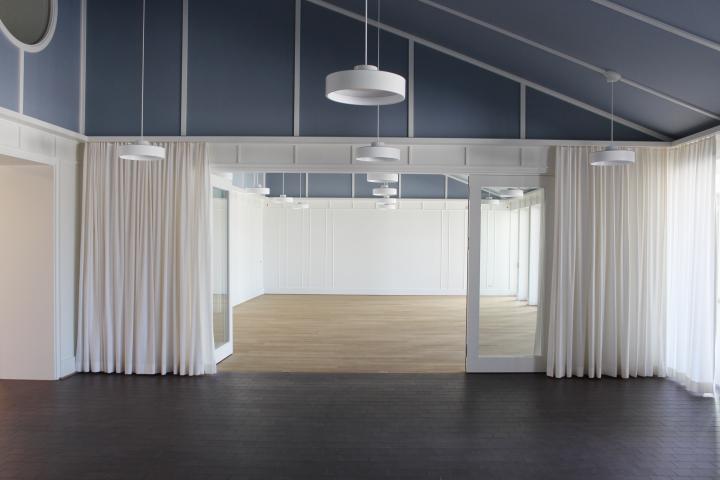 Ein wohlüberlegter Innenraum als Lernumgebung vermittelt eine Wertschätzung. Er unterstützt Konzentration und Wohlbefinden der Schulkinder und Lehrenden (Primarschule Seedorf, 2019; Thomas De Geeter Architektur, Zürich).