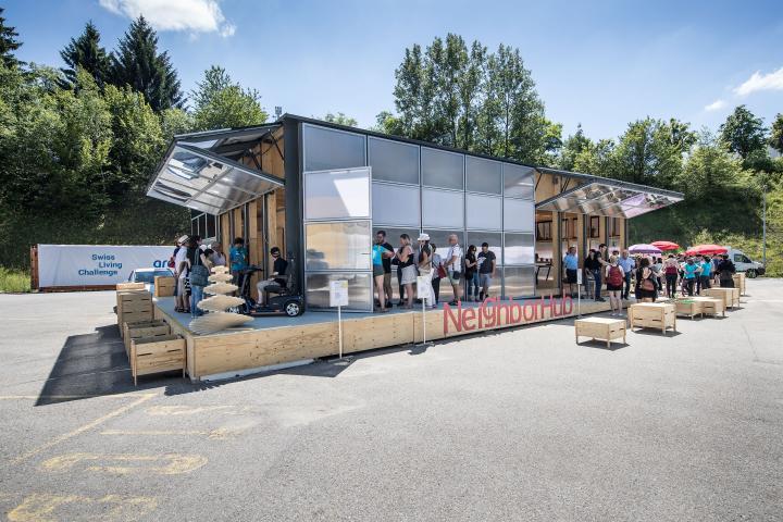 Der kleine Prototyp «Neighborhub» ist eine zerlegbare Holzkonstruktion mit Solarpaneelen.